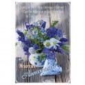 Jolie carte double d'anniversaire avec un bouquet de fleurs bleues et blanches et cœur en tissu